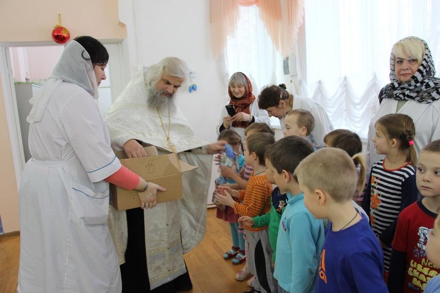Батюшка в детском санатории