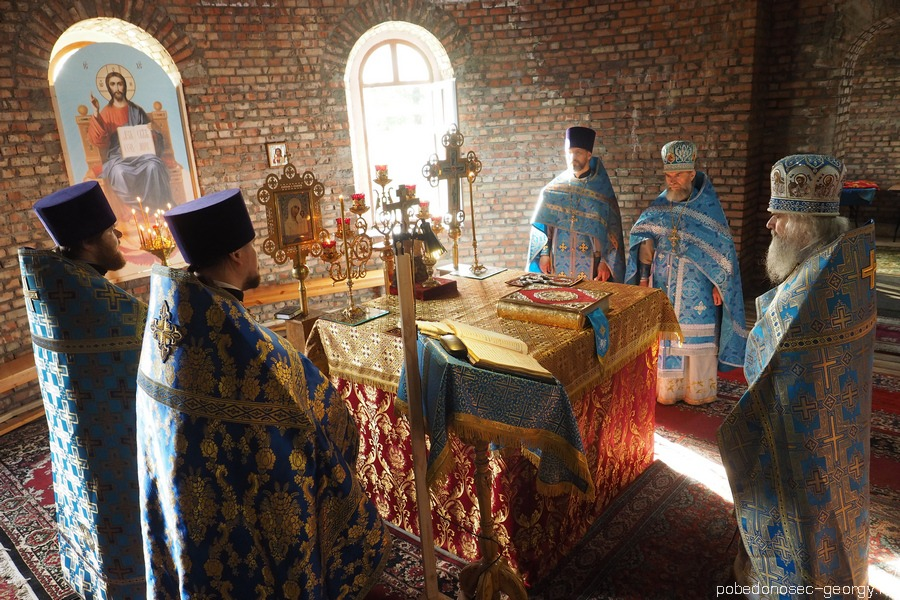 Первая Божественная Литургия в строящемся рядом храме Новомучеников Ивантеевских