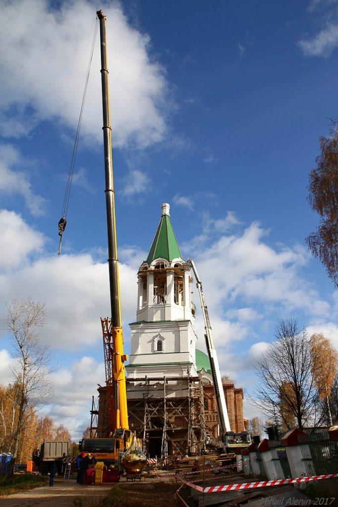 Поднятие купола на храм