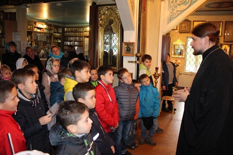 ученики на экскурсии в храме