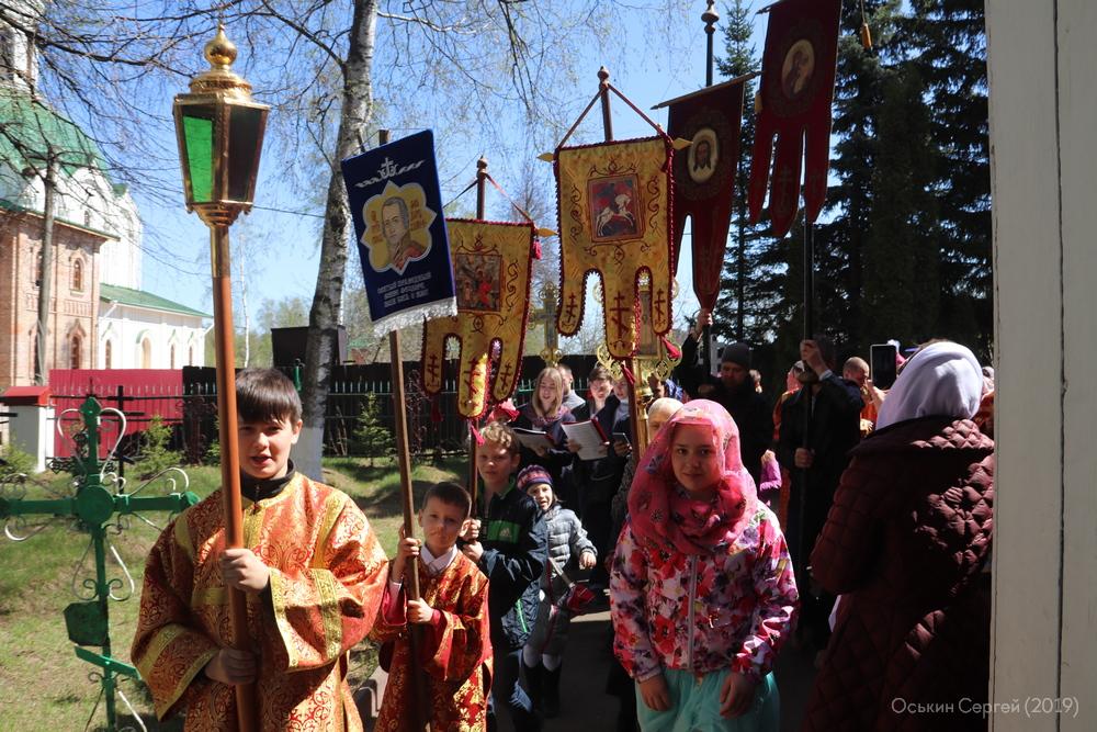 Крестный ход у храма в начале Светлой седмицы