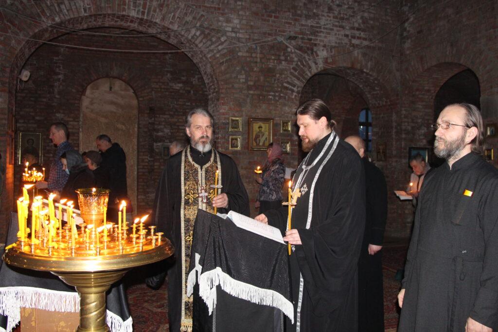 Чтение Великого покаянного канона преподобного Андрея Критского.