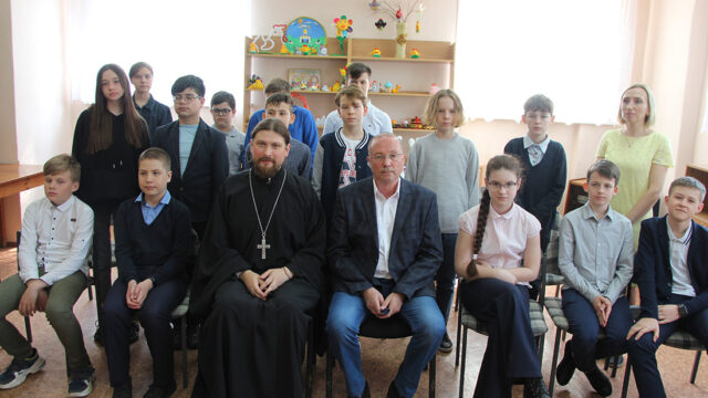 Встреча настоятеля Георгиевского храма священника Алексия Барашкова и православного писателя Виктора Николаева с учащимися школы №3 г. Ивантеевки.