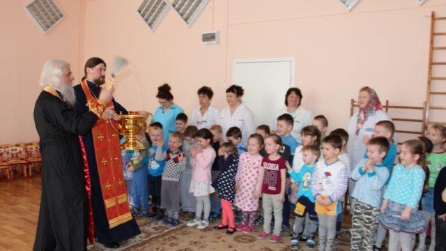 Настоятель храма в детском санатории