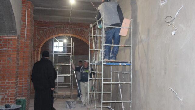 В храме Новомучеников Ивантеевских начались работы по штукатурке нижнего храма.